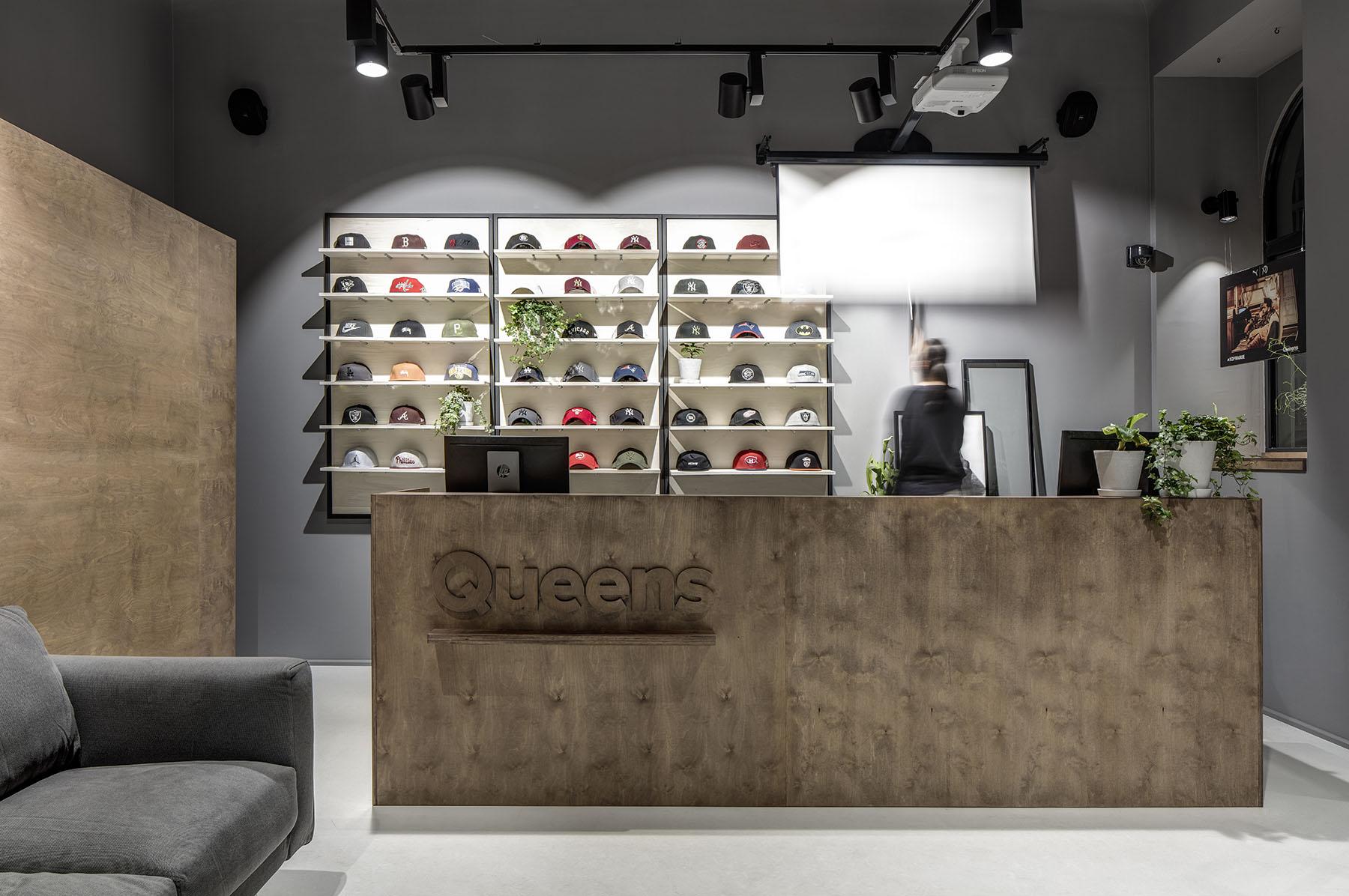 Queens má nový designový Flagship Store v centru Prahy 4cfac0f2fbb