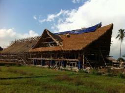 Fotografie ze stavby továrny na čokoládu z bambusu (zdroj: Big Tree Farms)