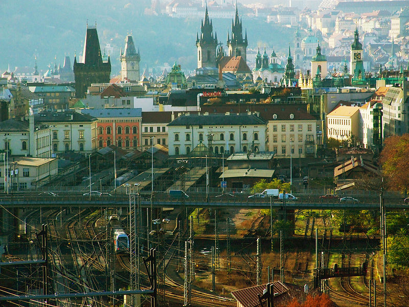 Masarykovo nádraží v Praze, pohled z kopce Vítkova (zdroj: Wikipedie, autor foto: Aktron / Wikimedia Commons)