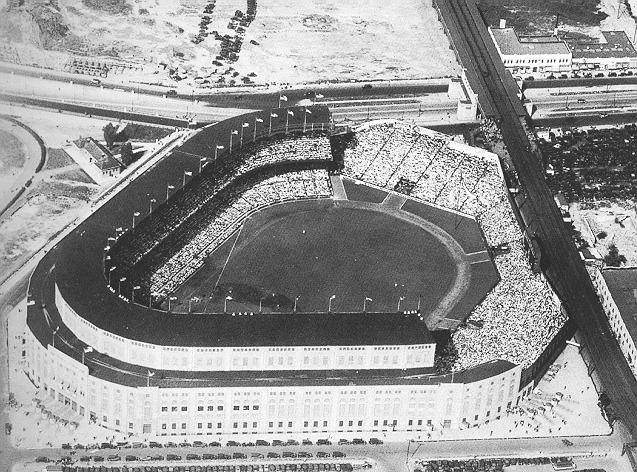 Yankee Stadium 1928-1936 (zdroj: Wikipedia /Photo scanned, cropped, and downsized, from the book Yankee Stadium: 75 years of Drama, Glamor, and Glory, by Ray Robinson and Christopher Jennison, 1998, p.41)