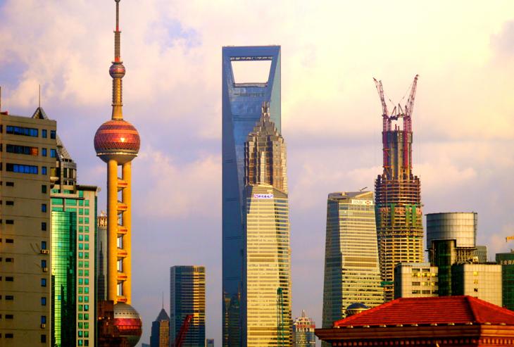Shanghai Tower (na snímku vpravo) bude po dokončení výstavby nejvyšší stavbou v Lujiazui, šangajské  finanční a obchodní čtvrti a druhou nejvyšší stavbou na světě.