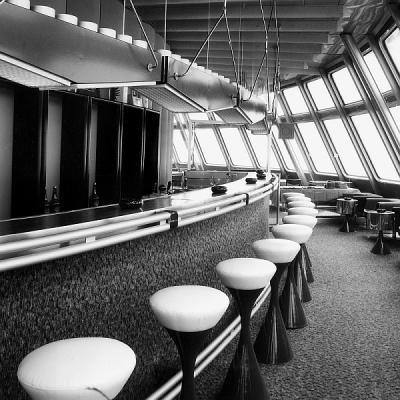 Interiér baru hotelu Ještěd - původní stav. Snímek z archivu Otakara Binara